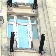 В харькове среди бела дня в многоэтажке снесли балконы, жиль.