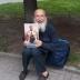 В центре Ровно мужчина с портретом Николая ІІ ждал российские танки